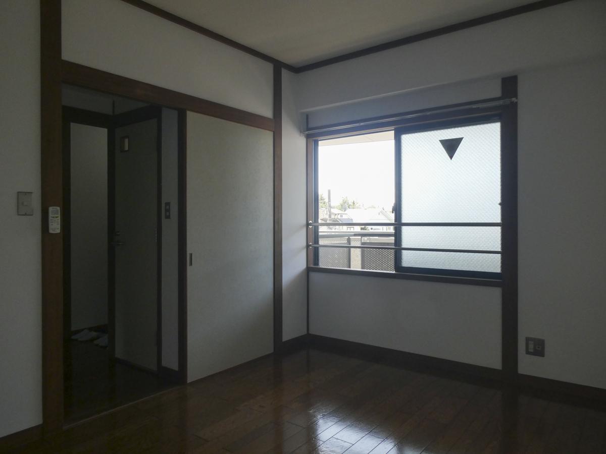 洋室側の眺望は建物共用部。あまり開けておくイメージはない