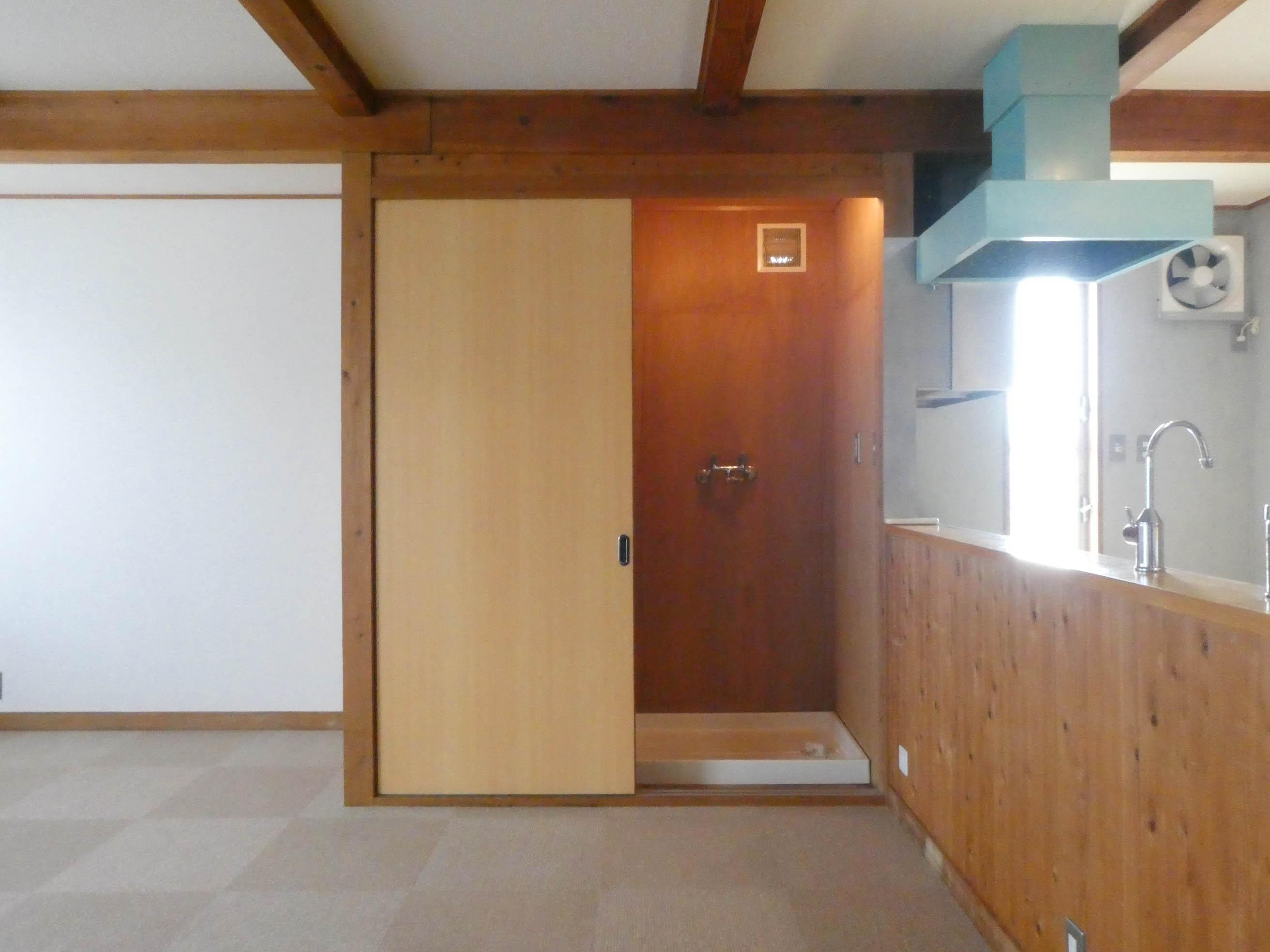 収納の右側が洗濯機置き場