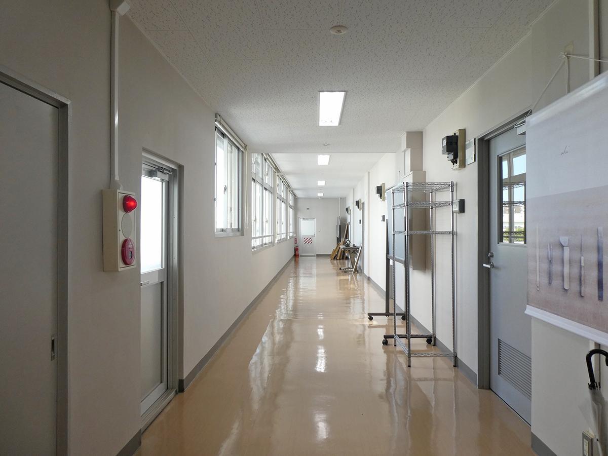 廊下。2階も3階もスッと抜けた眺望が気持ちいい