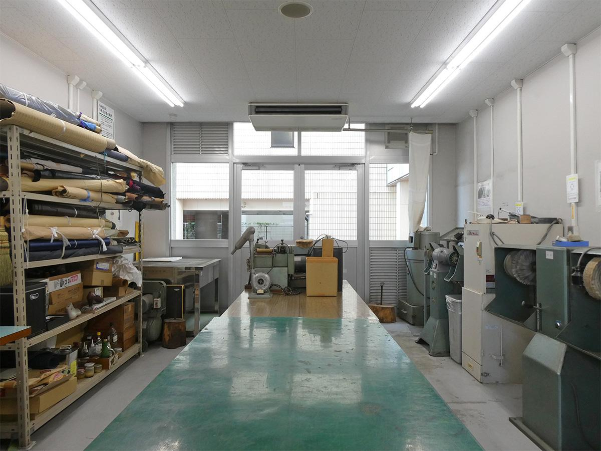 1階機械研修室。一般的な革の加工に必要な機材はあるそう