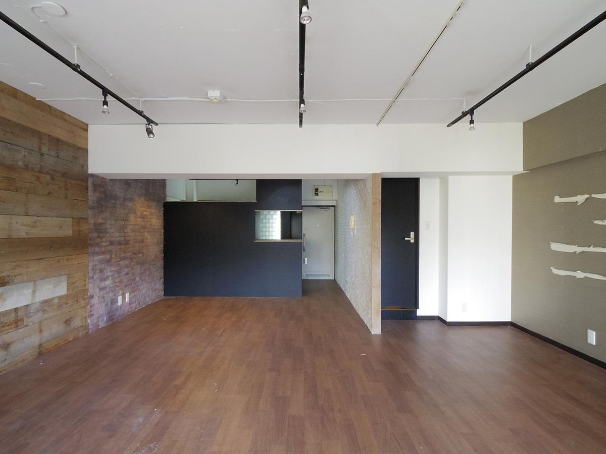 現況引き渡しのリノベされた一室。約19畳のワンルーム