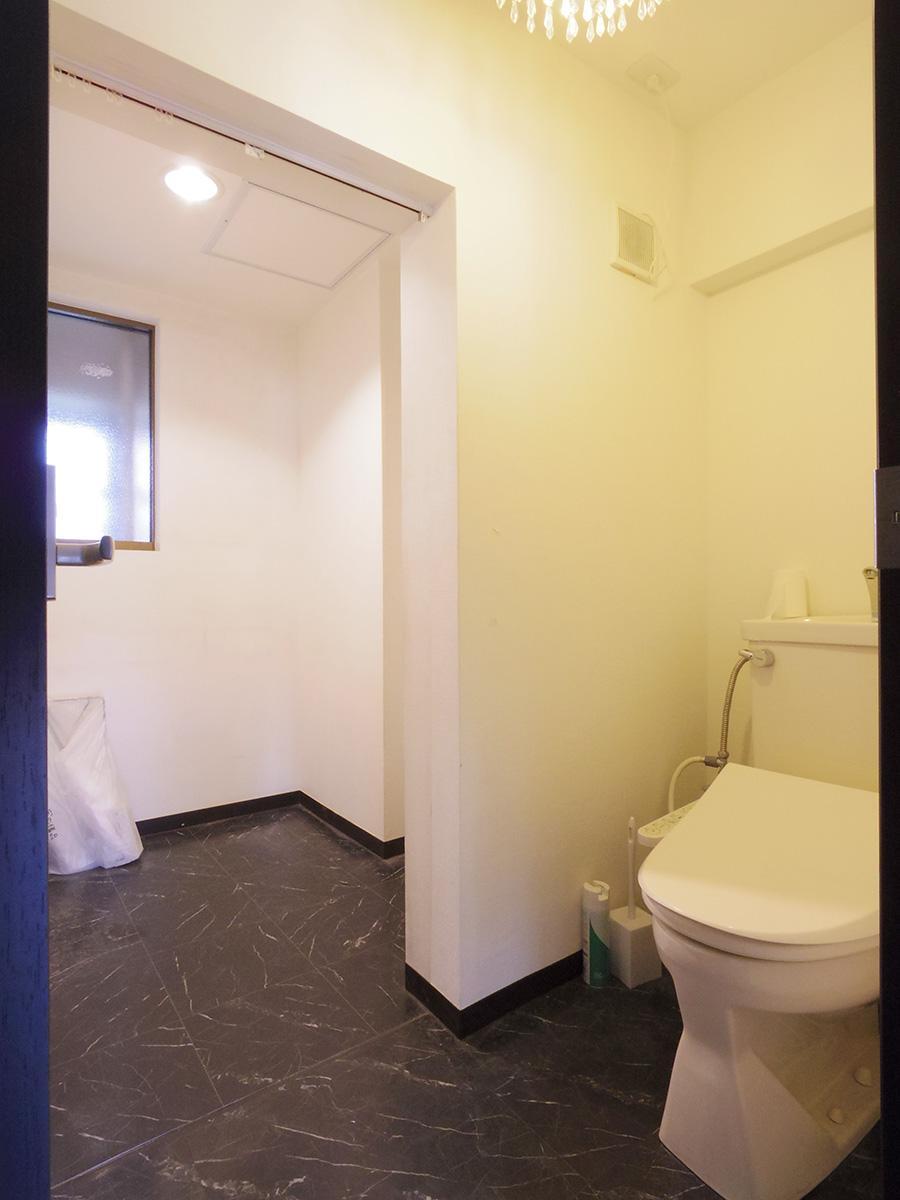 トイレの奥はこぢんまりとしたフリースペース