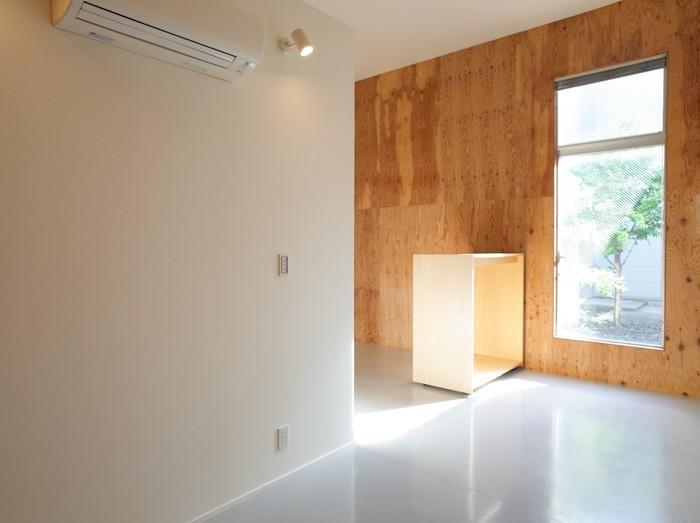 真っ白な壁・天井。壁は一部だけアクセントの木になっています