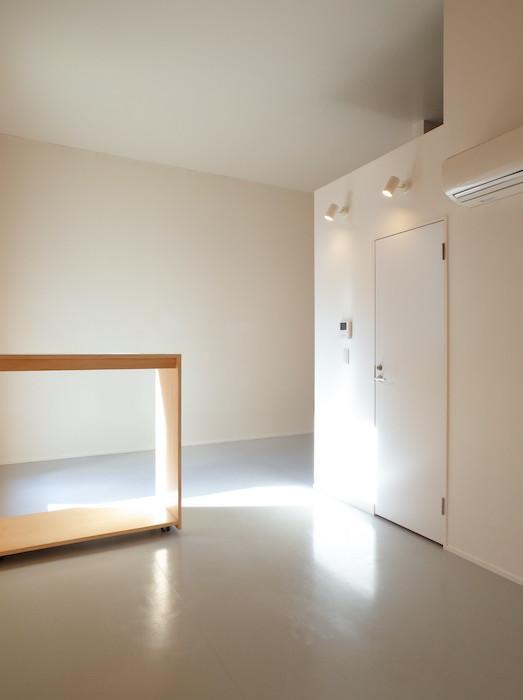 天井が高く、開口部もしっかりあって、光が差し込みます