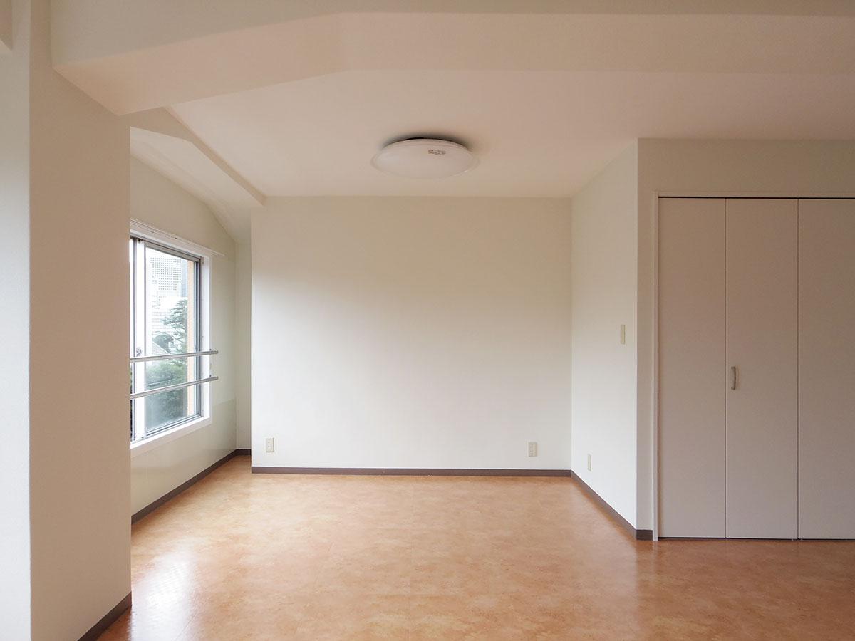 クローゼットの壁面のおかげで、正方形の部屋より家具をレイアウトしやすそう