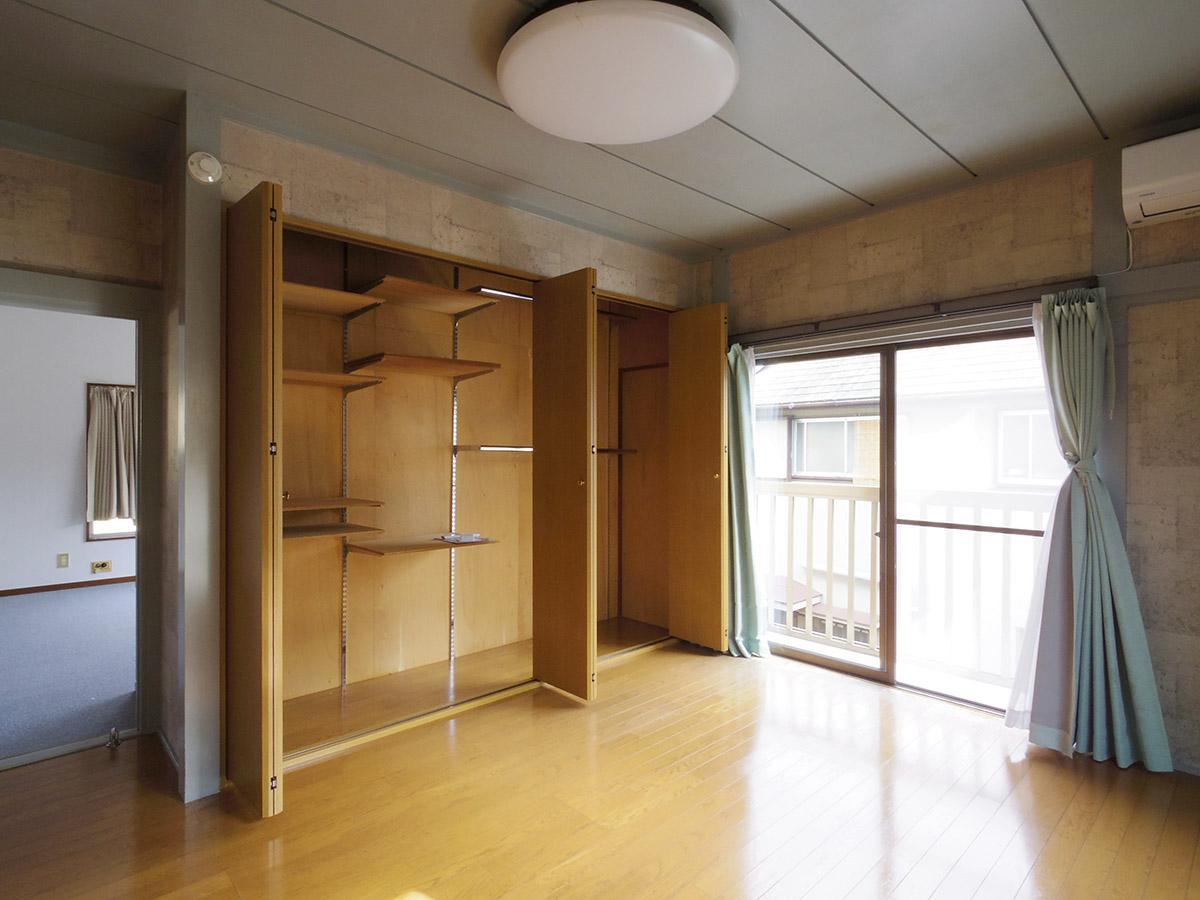 2階6.5畳の洋室。コンクリート調の壁紙がくせあり
