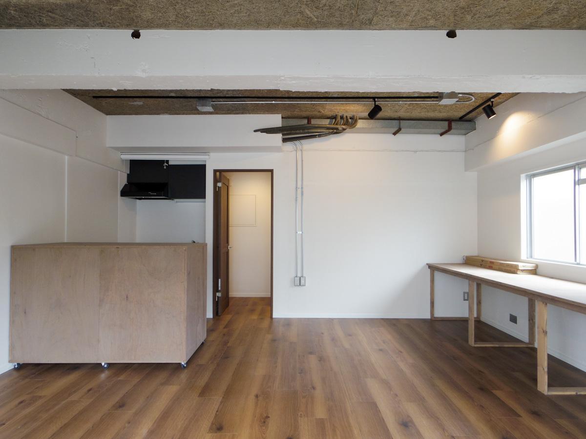 702号室:バルコニー側から見た室内、コンクリートのざらっとした感じがクール