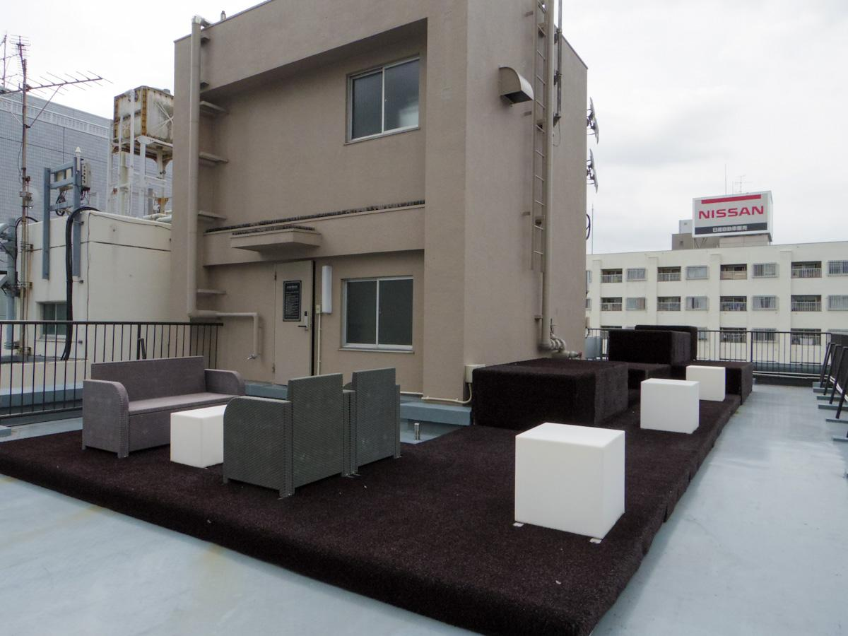 屋上にはテラス席が設けられていて、自由に出入り可能