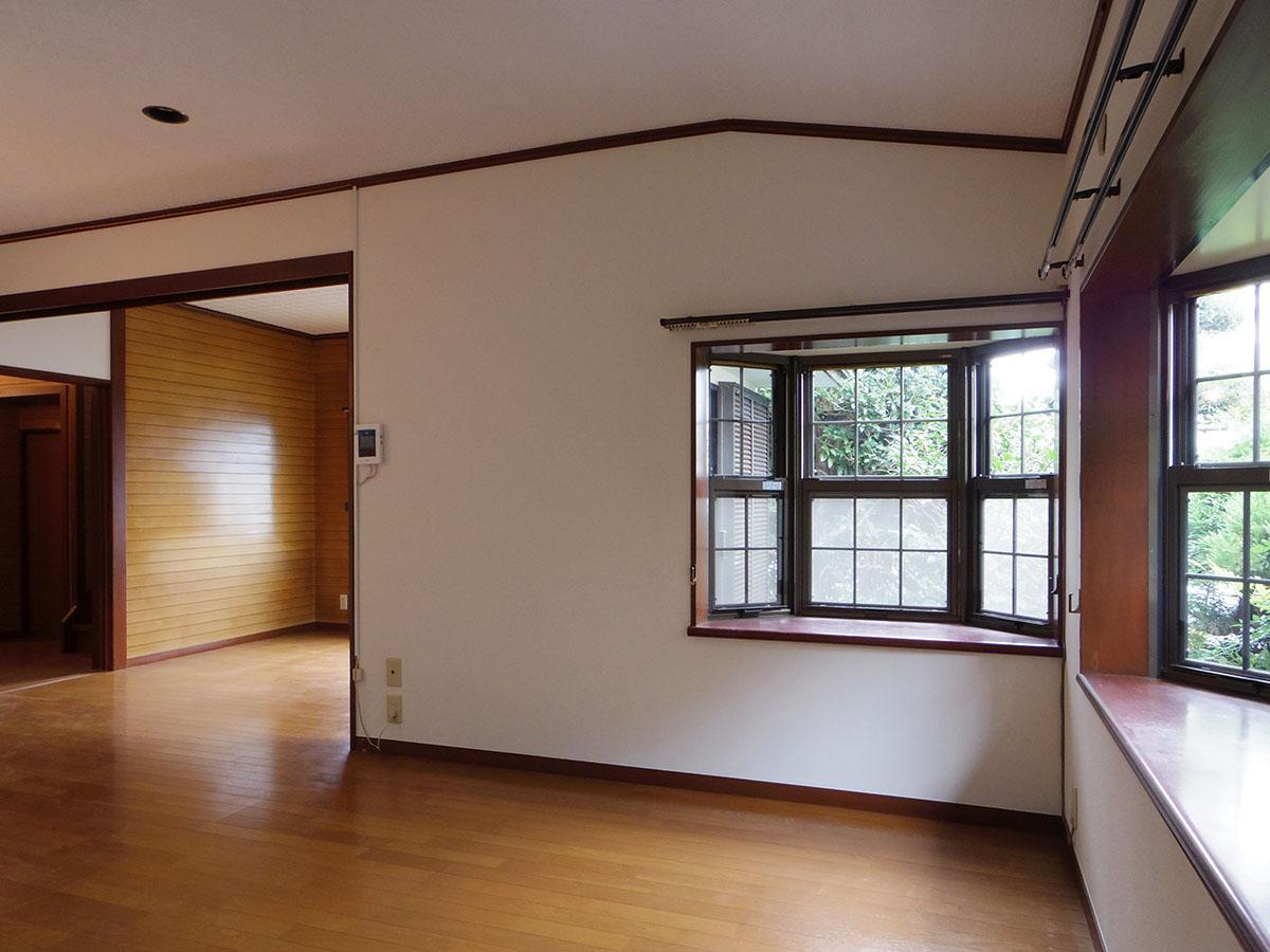 リビングのキッチン側。大きな出窓がふたつあって、明るい光が入る