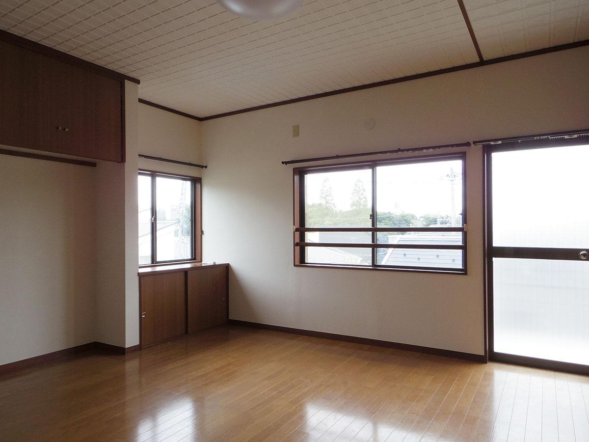 2階の9畳の部屋。窓の先には抜けた眺望