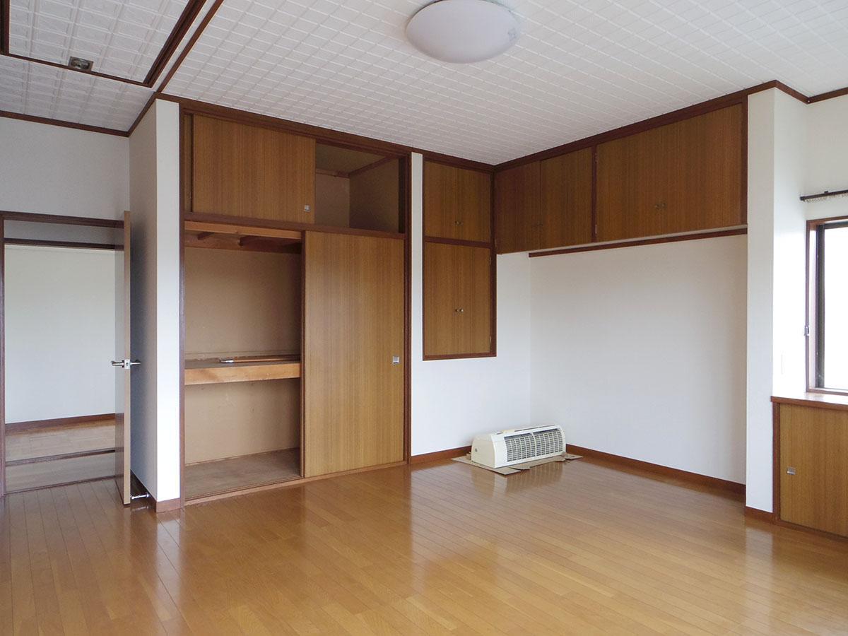 2階の9畳の部屋。左上に写っているのが屋根裏収納への入り口