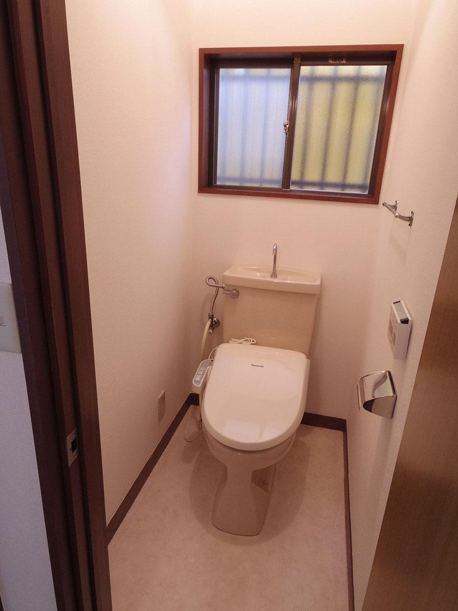1階のトイレはウォシュレット付き