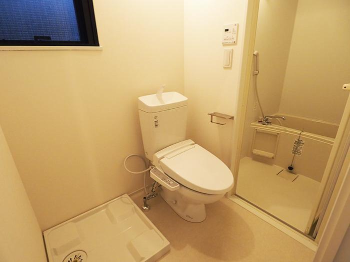 トイレと浴室。築3年なので水回りがきれい