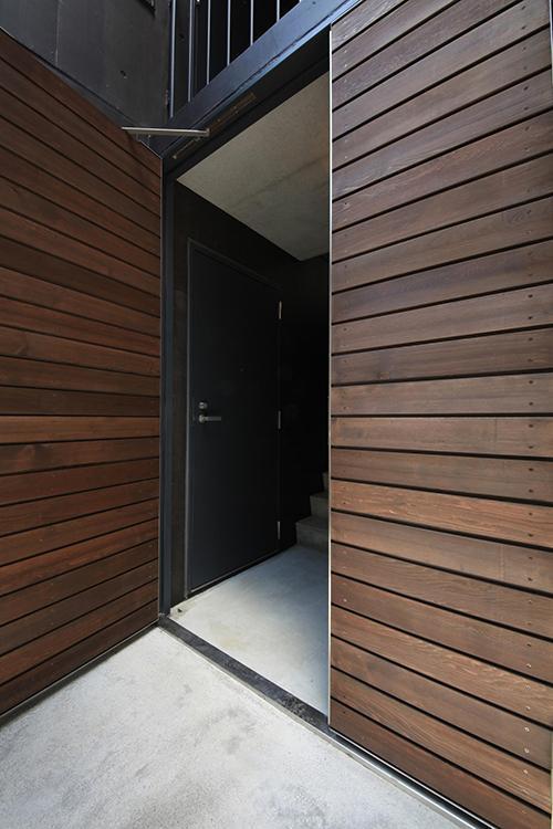 エントランスはオートロック。木の扉がかっこいい