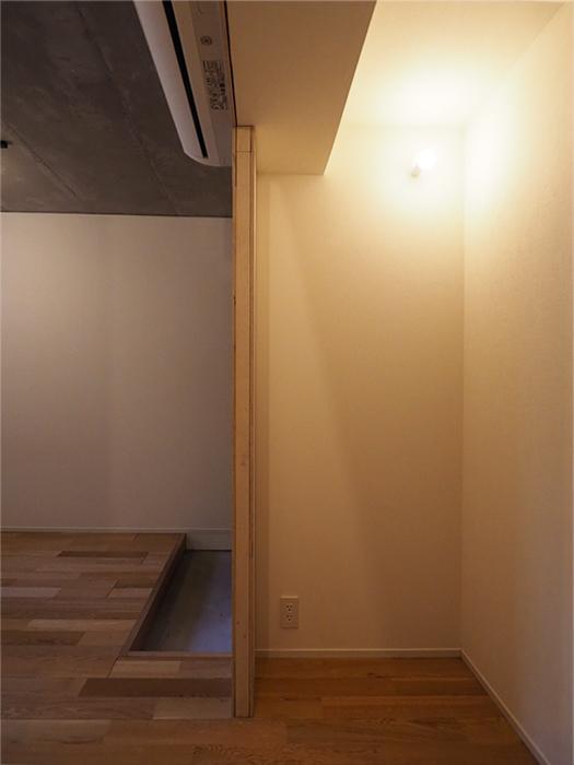 洗面の向かい側。ライトの下はデスクを置いてもいいし、ラックを置いてクローゼット的に使ってもいい