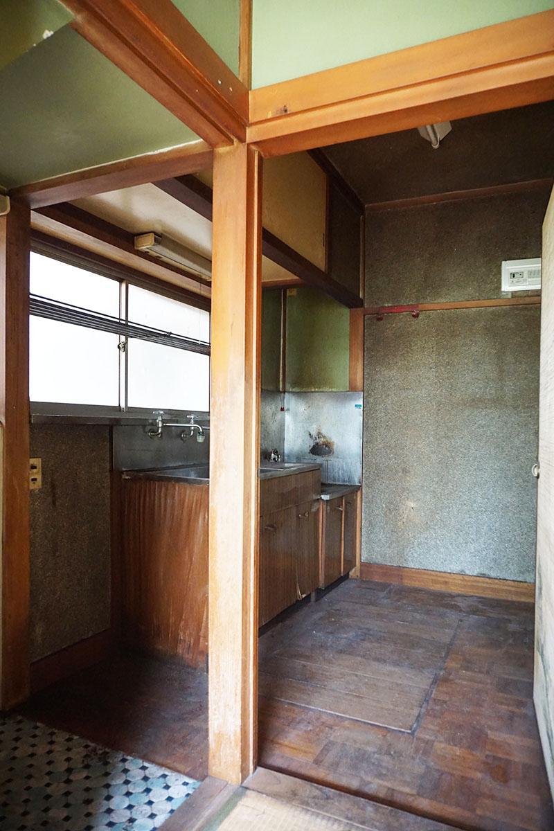 1階キッチンスペース:床は味のあるパーケットフローリング、状態がいいので磨けばきちんと使える