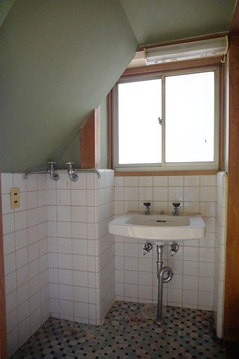 階段下の洗面台:洗濯機も設置可能、床のタイルがかわいい