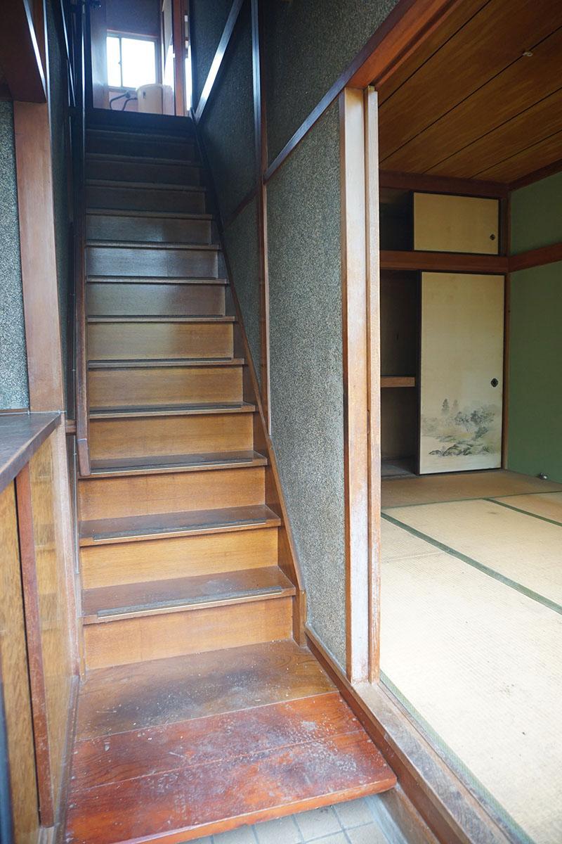玄関:階段は急ですがそれもご愛嬌