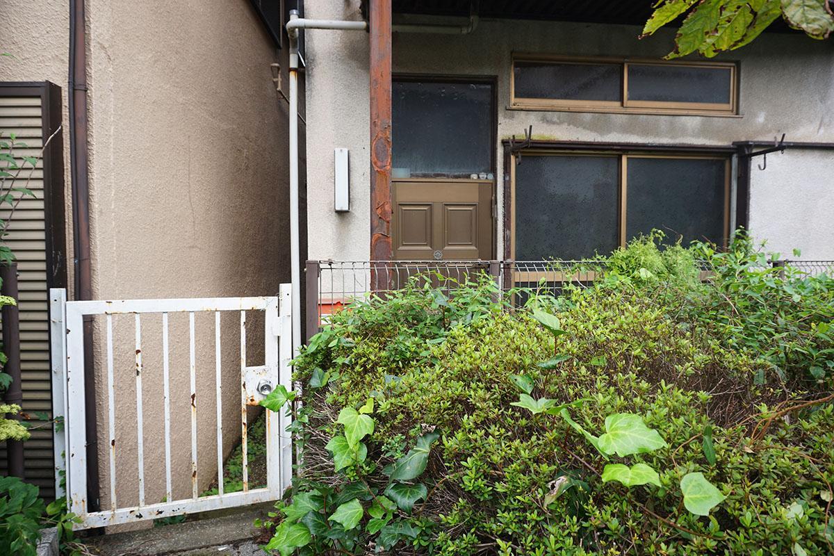 入り口:鍵付きの白い門を開けて敷地に入る