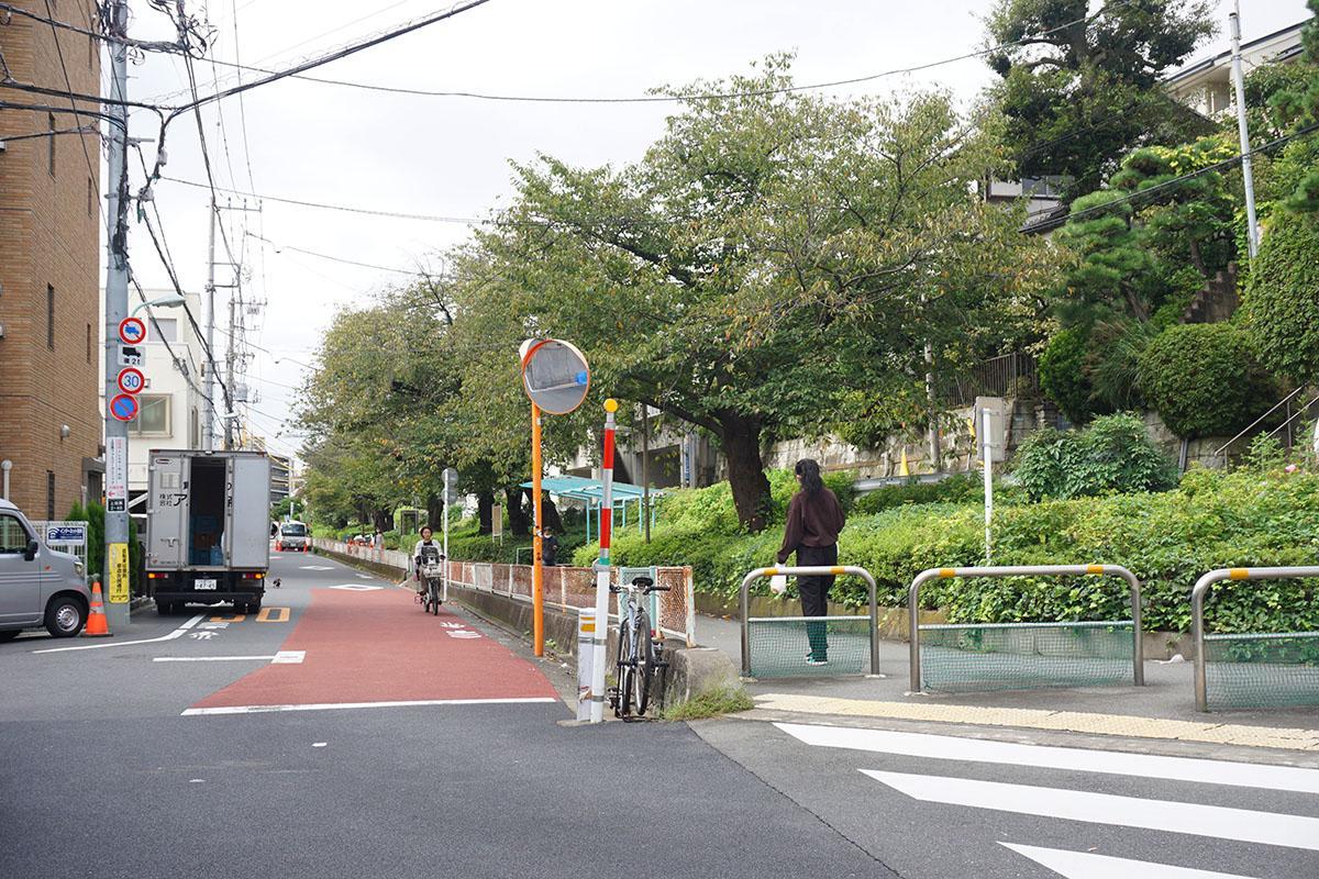緑道の入り口:ここを道なりに進んでいくと物件に行き着く