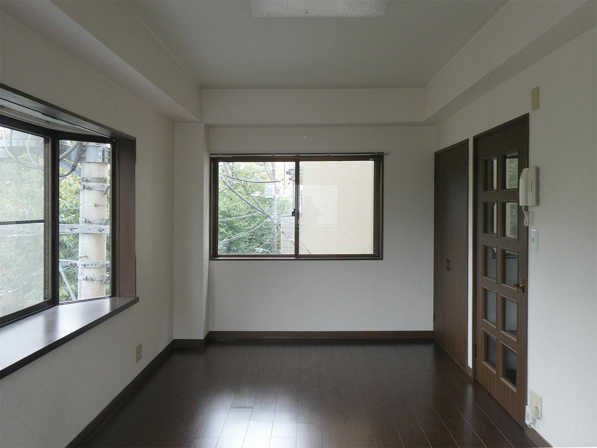 手前のドアがキッチンと洗濯機置き場。奥は収納