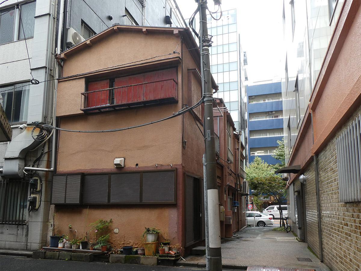 建物を逆の通りから。横の路地もいい感じ