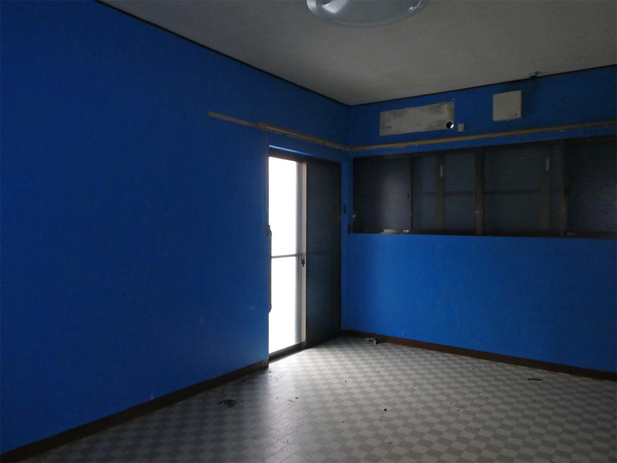 キッチンの奥は洋室。青い壁が印象的