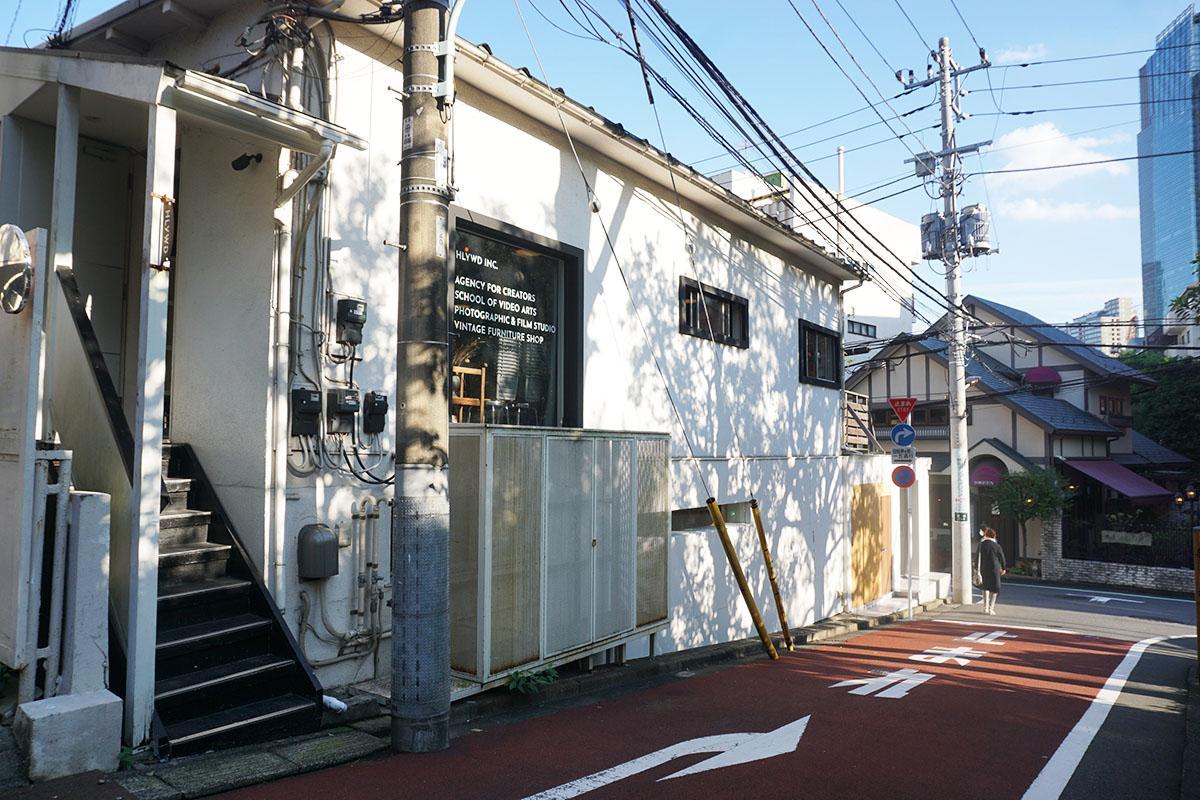 2階テナントの入り口は階段から。建物の向かいにはレトロな洋食屋