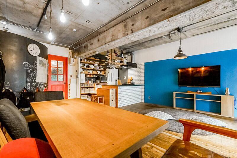 青い壁面と赤の建具がこの空間のスパイス。左側のウォークインクローゼットの壁面は、黒板塗料で仕上げられている