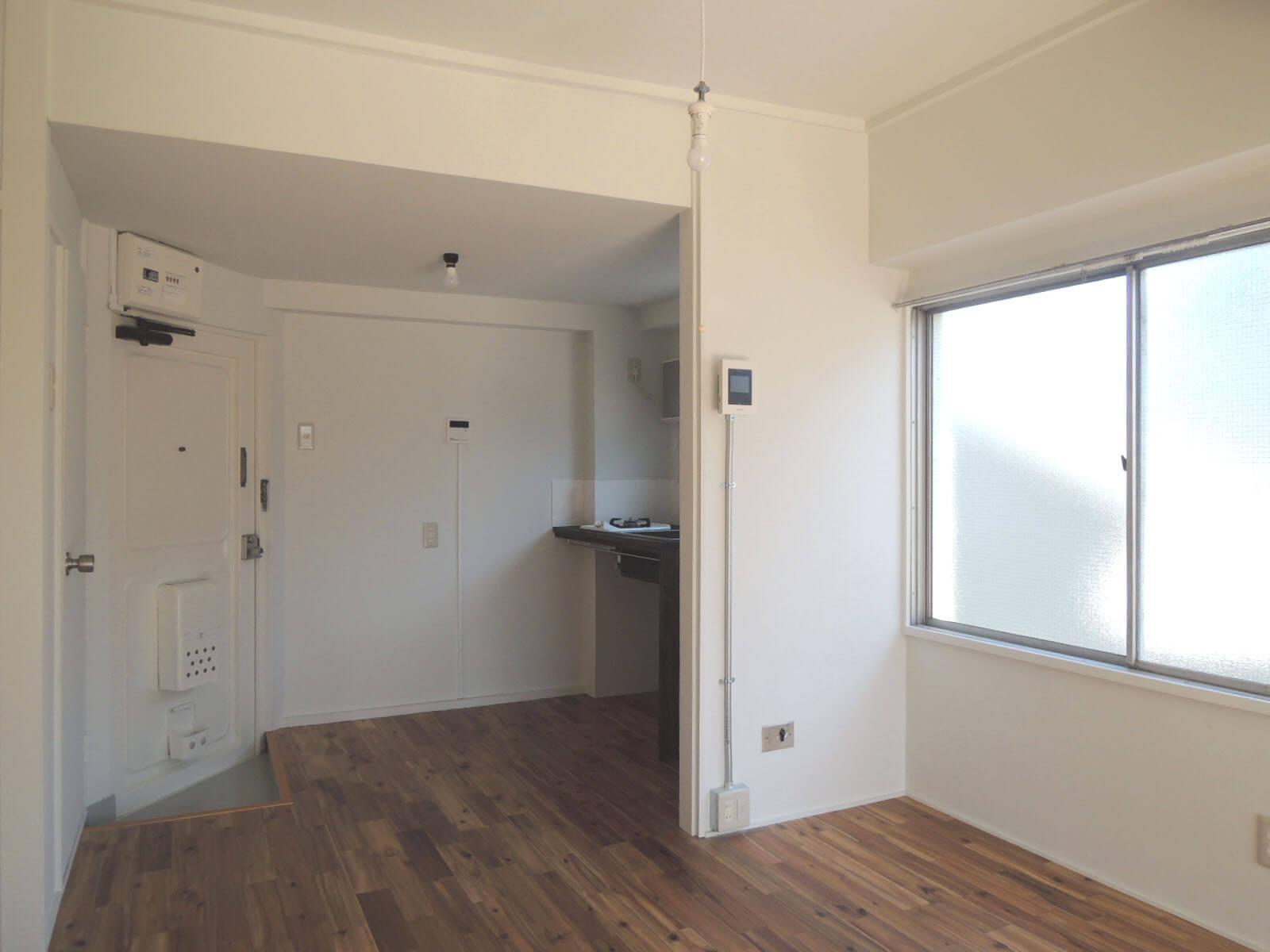 玄関前にはキッチンがコンパクトにまとめられ