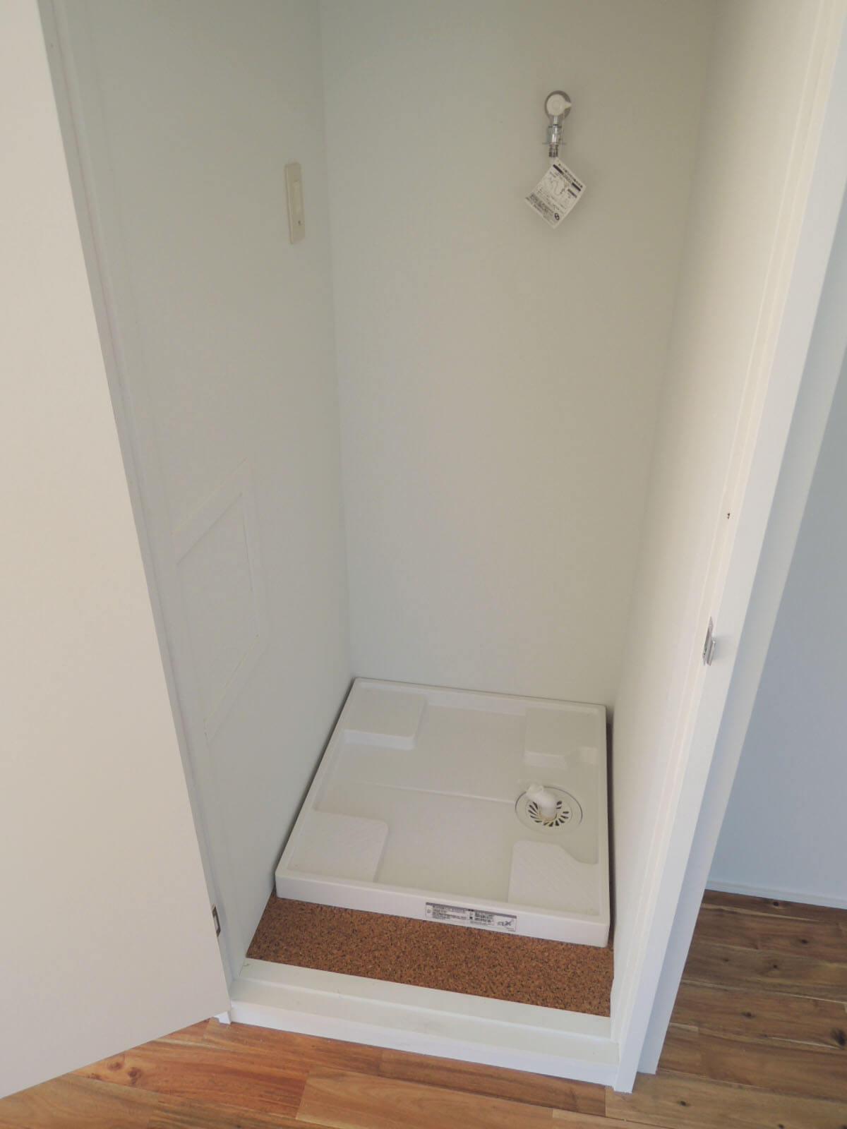 洗濯機置き場は扉付き。生活感を丸出しせずスマートに
