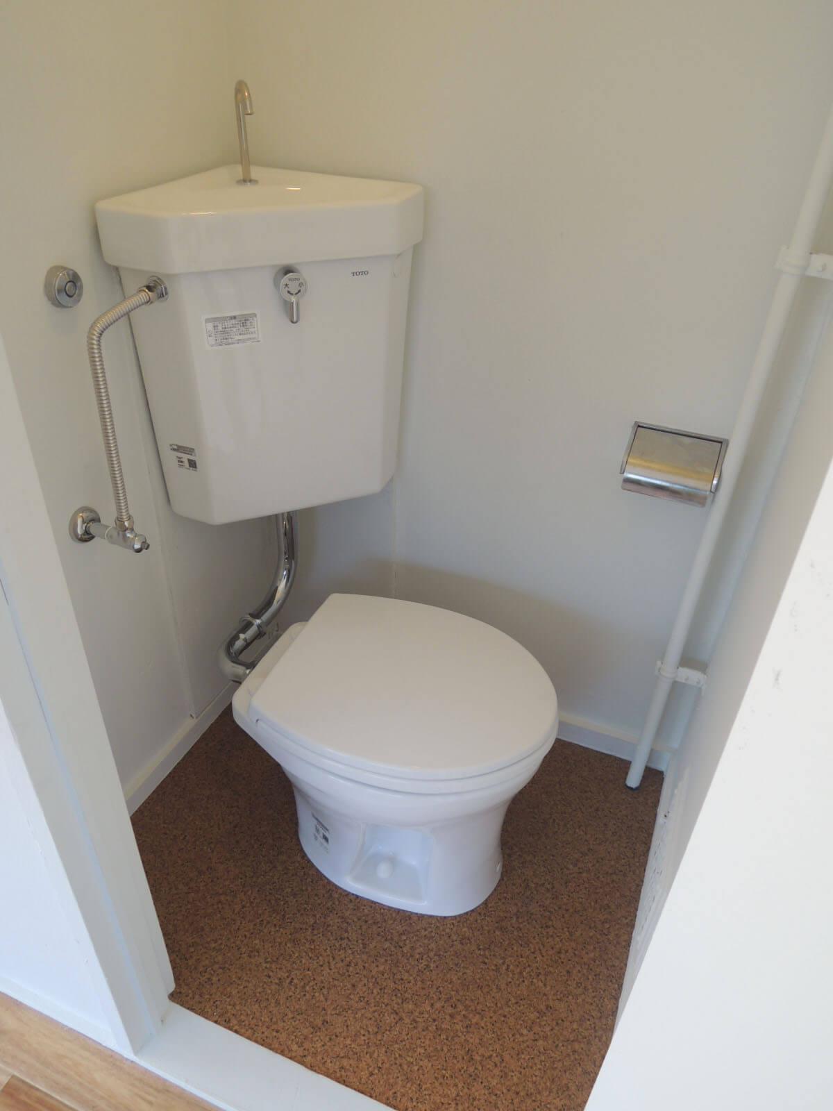 トイレは狭く大きな人は膝が壁に当たるかも