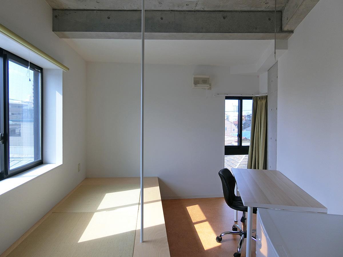 401号室:各部屋には机・ベッド(小上がり)・冷蔵庫・収納がついています