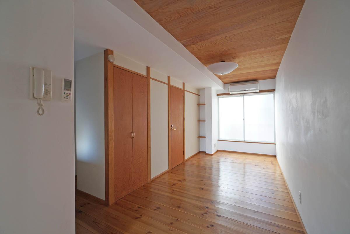【別区画の参考写真】無垢フローリング×板張りの天井が雰囲気よし