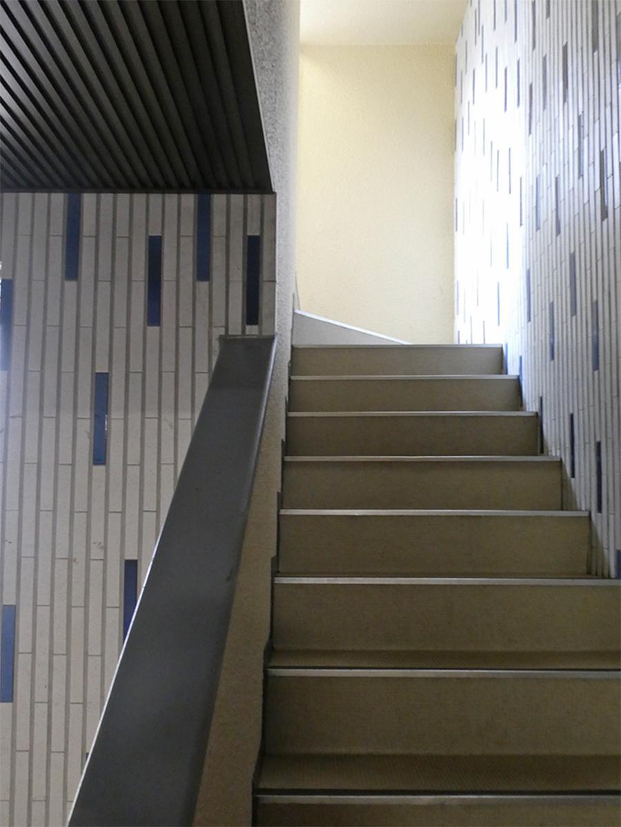 タイルがかわいい階段。エレベーターなしの2階