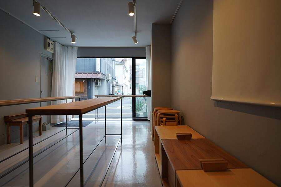 店舗スペースにはスツールも。カフェに使うときに重宝しそうです
