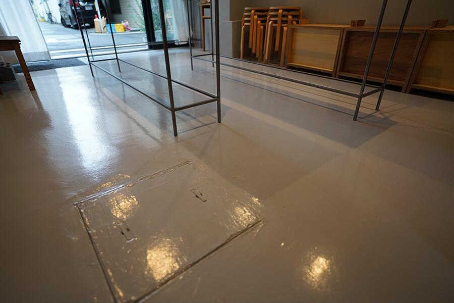 床は衛生面を考え、掃除がしやすくも雰囲気を壊さないデザイン