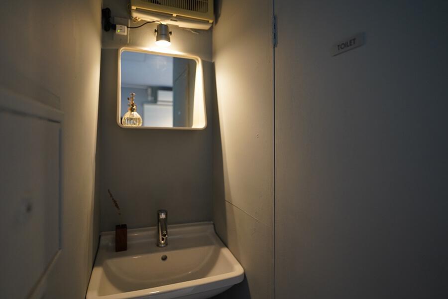 トイレ脇の手洗いもいい雰囲気です