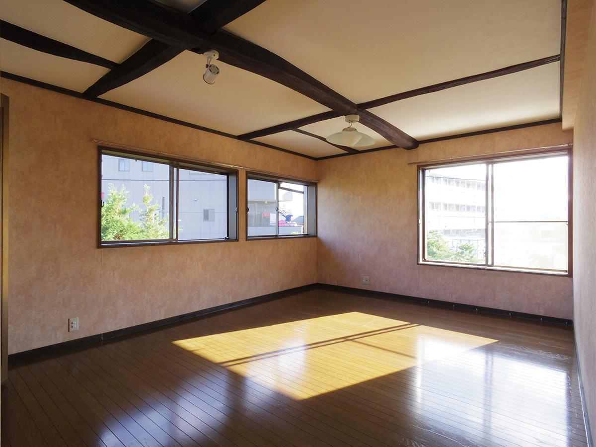 2階11畳の洋室。壁紙は好みが分かれそう