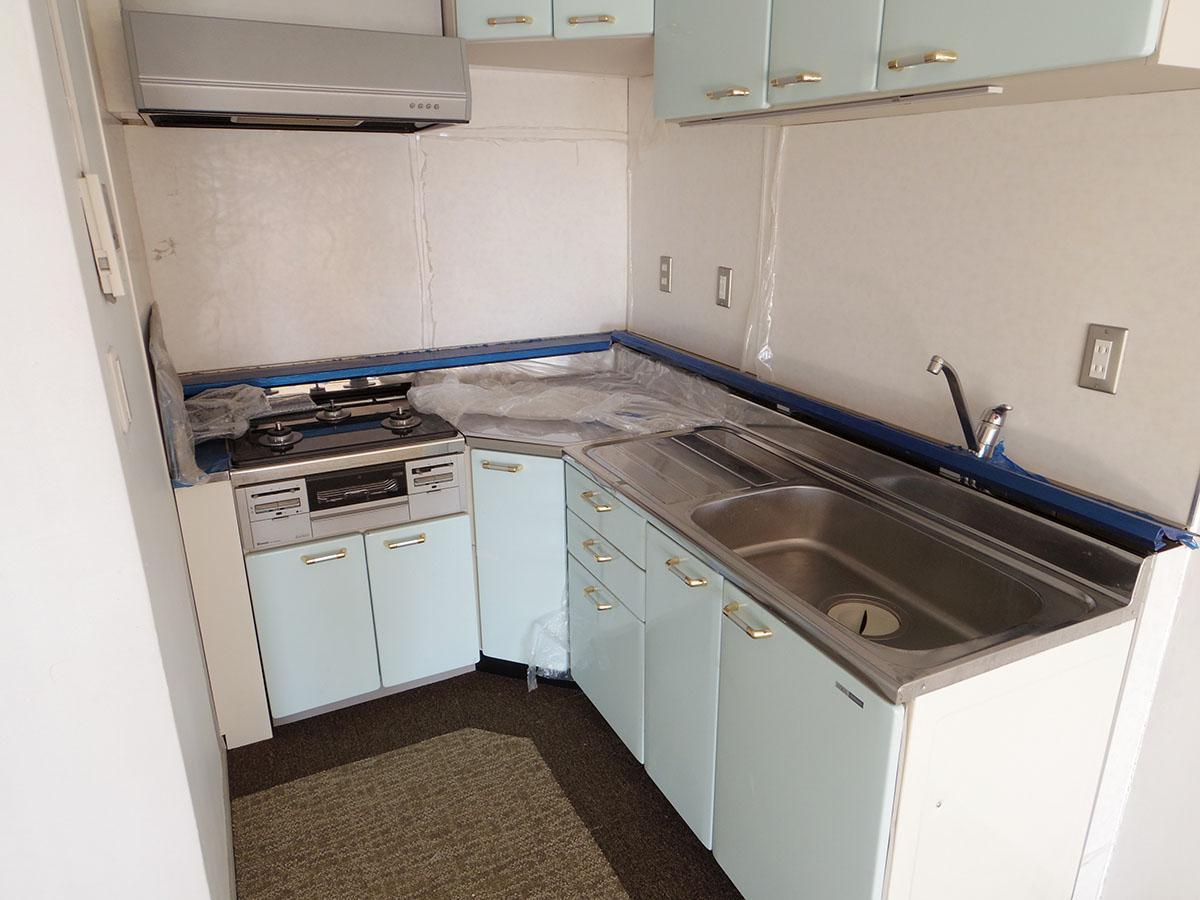 L字型のキッチン。3口ガスコンロで料理も捗りそう