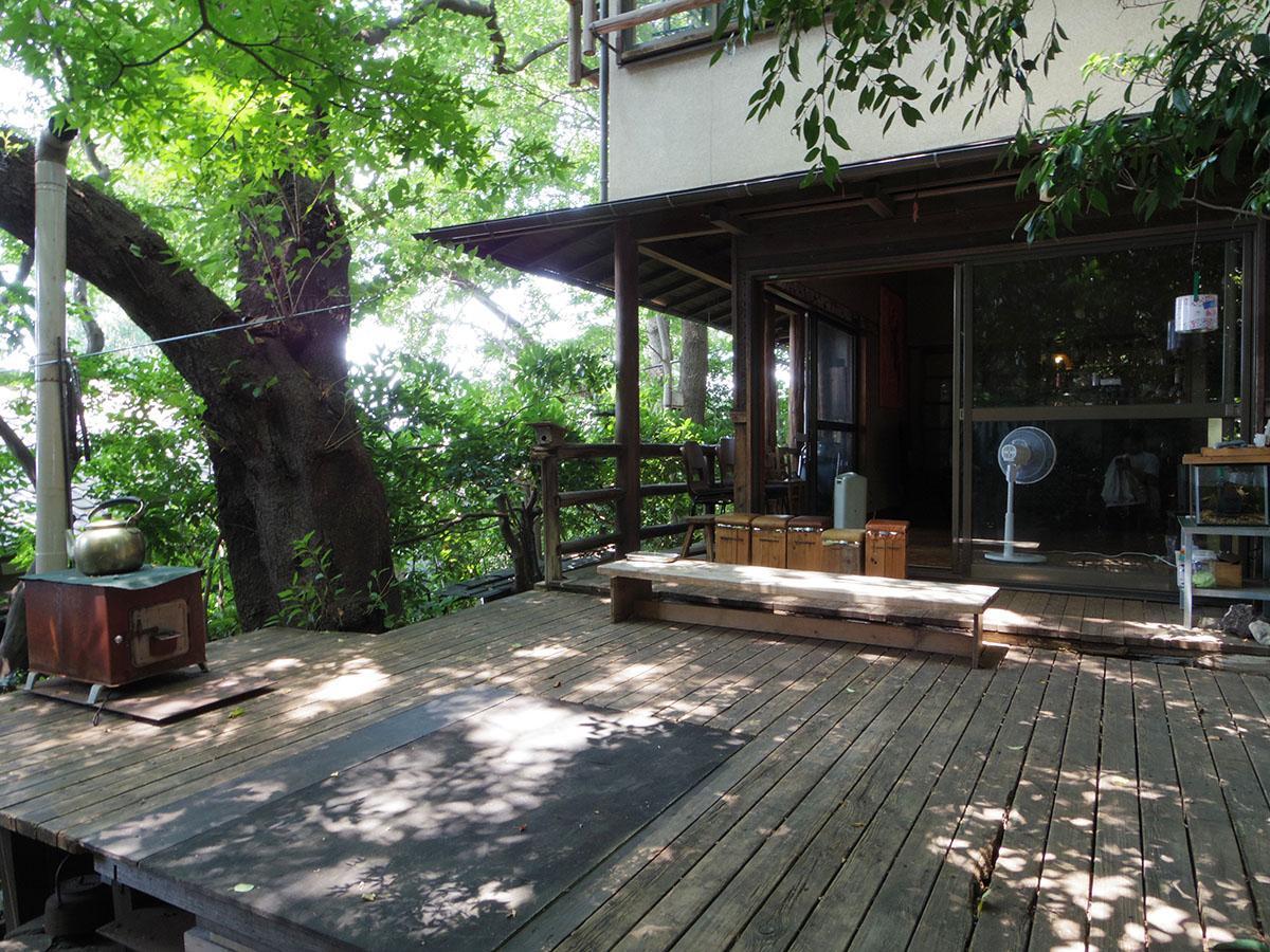 建物の隣にある「森のテラス」。定期的にイベントが開かれていたり、有料ですが読書やピアノの演奏を楽しんだりもできる