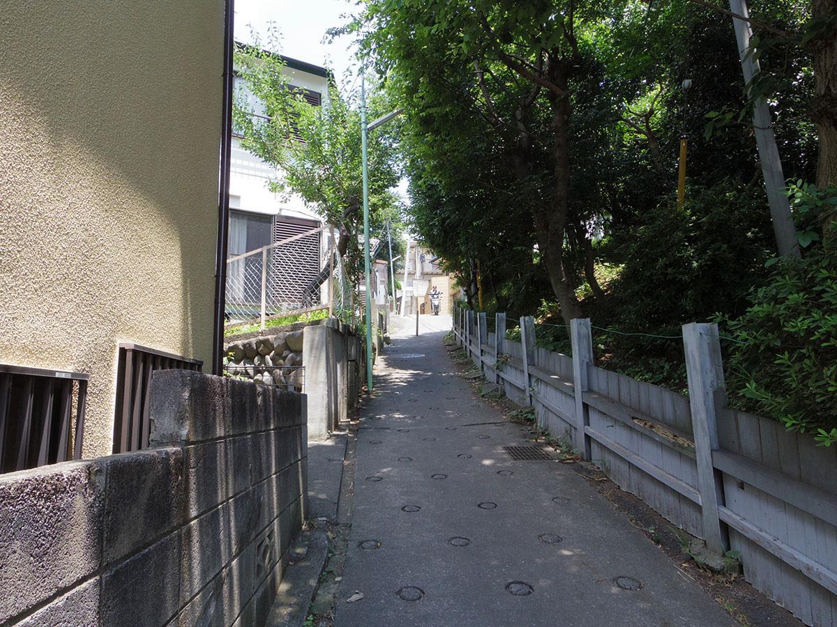 駅へはこの急な坂道を上ります