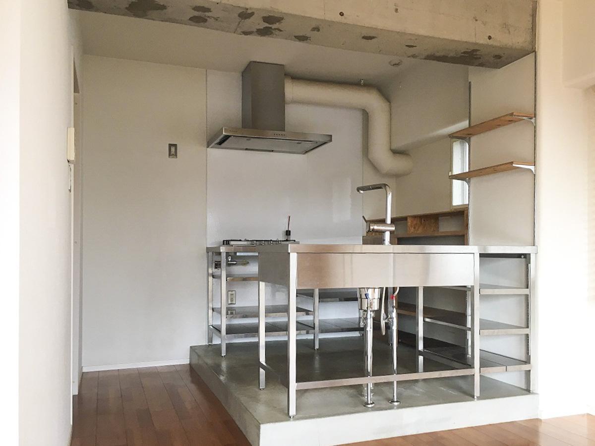 キッチンはオールステンレス製の業務用キッチン