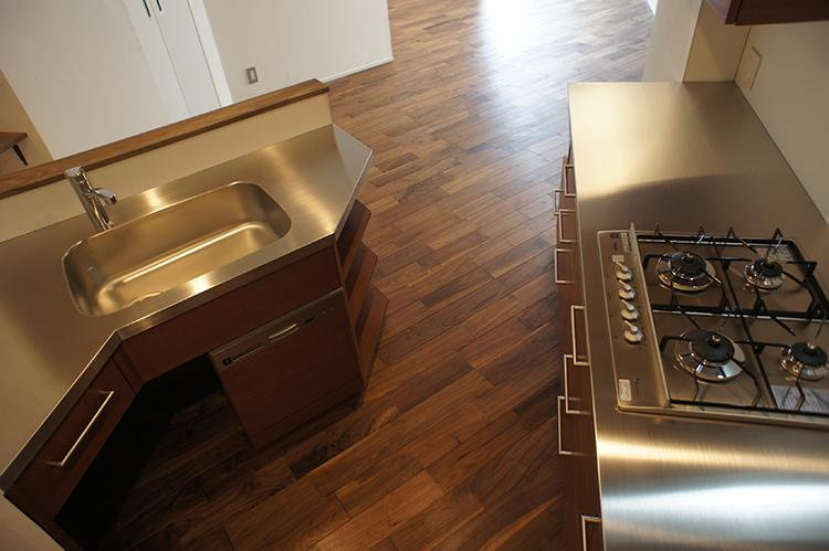 キッチンは作業台が広く、囲われた感じが使いやすそう。コンロはガス4口で、食器洗浄機がついている