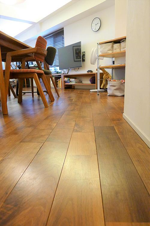 床はウォルナットの無垢材を使用
