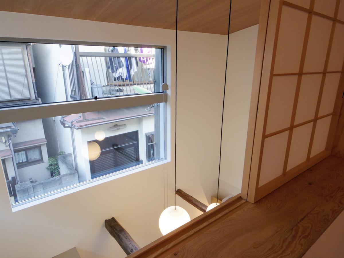 2階から吹き抜けを見下ろす。ワイドな窓からふわっとした光が入る