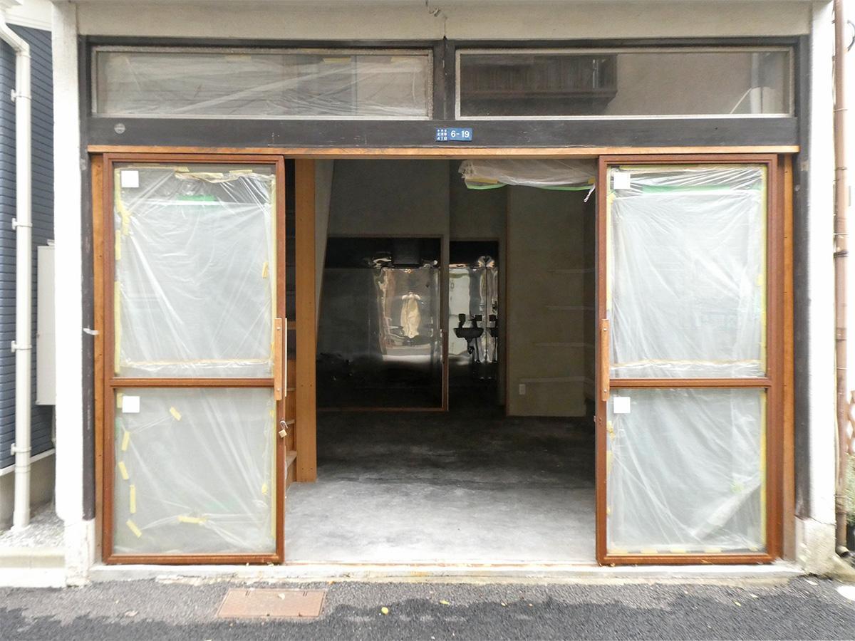 入り口は引き戸。金属のフレームにガラスが入っています