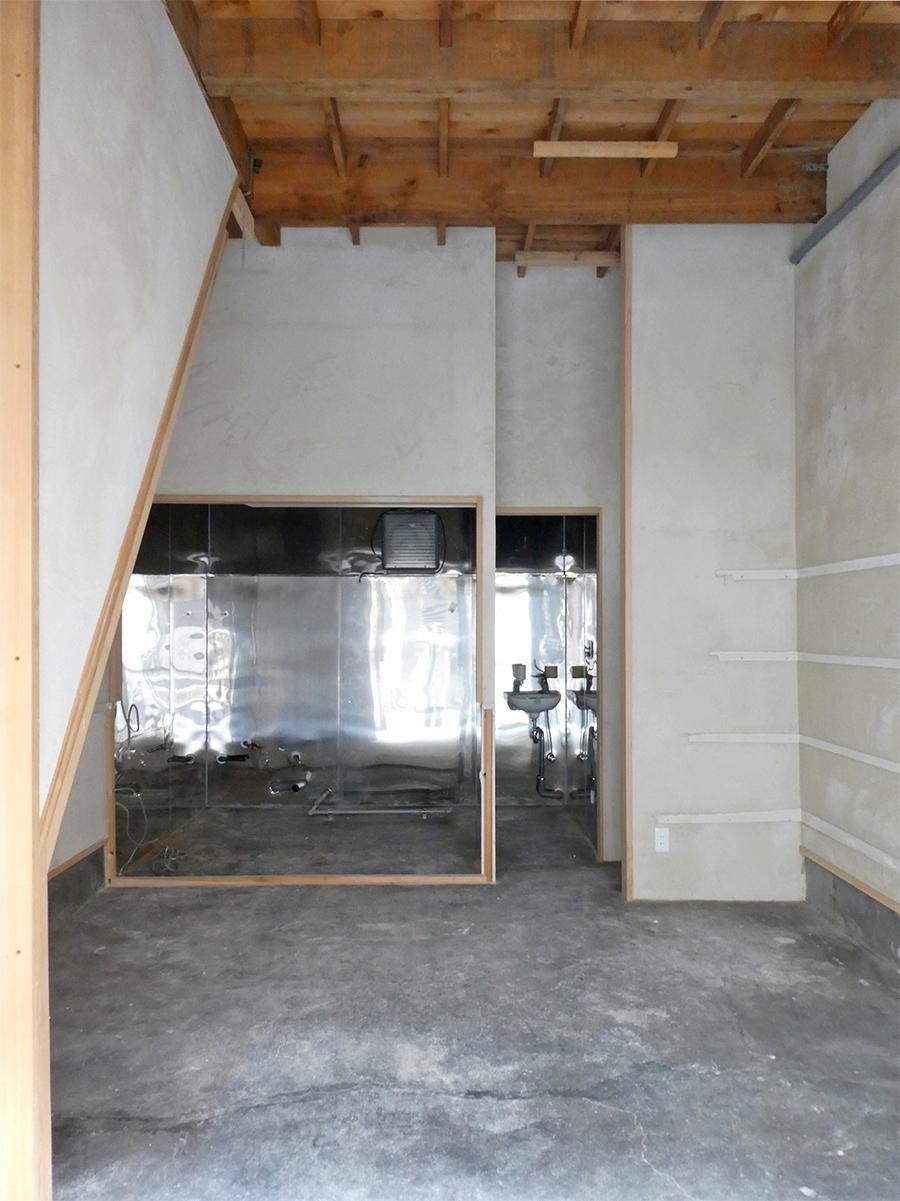 1階:天井高約3.4m!床は土間仕上げでいい感じ