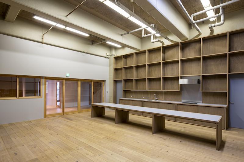 天井が高いキッチン付きの共用リビングスペースは広々としています