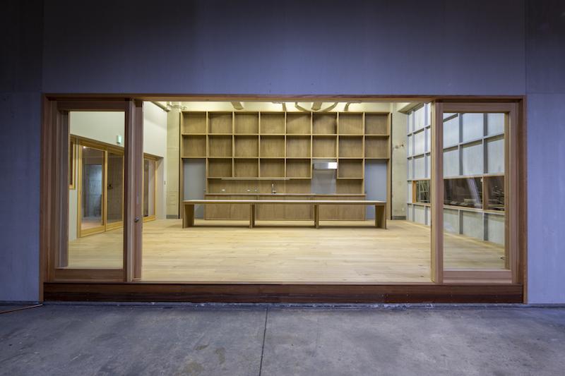 材木倉庫・工場と共有リビングスペースはガラス戸で仕切られています